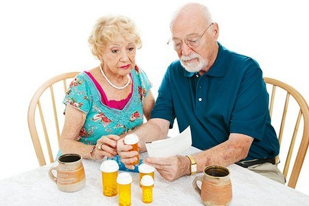 Мужчина с женщиной читают инструкцию