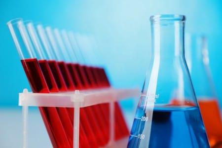 Пробирки с анализами крови и колба