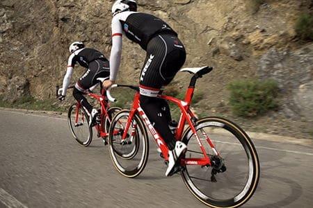 мужчины едут на велосипедах