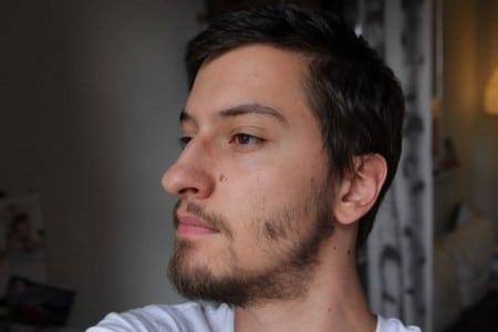 Редкая борода у мужчины
