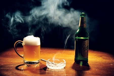 Сигарета и бокал с пивом