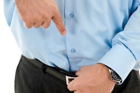 Мужчина указывает пальцем на пах