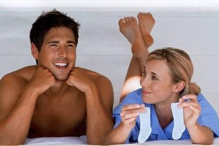 Мужчина и женщина держат маленькие носки
