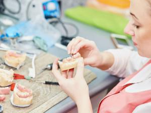 Клинический и лабораторный метод перебазировки съемного зубного протеза: что это такое (видео)