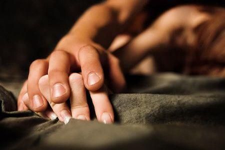 руки мужчины и женщины в постели