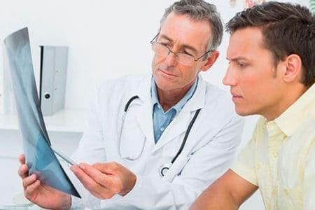 мужчина и врач смотрят на рентген снимок
