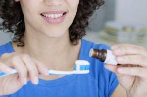 Как отбелить зубы натуральными средствами: кокосовое масло для полоскания рта и другие эффективные способы