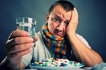 Тарелка с медикаментами перед мужчиной
