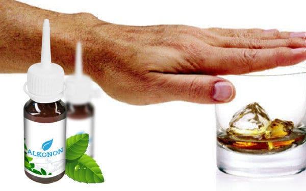 ладонь накрывает стакан с алкоголем
