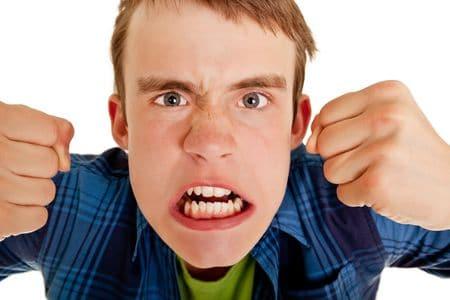 подросток злится