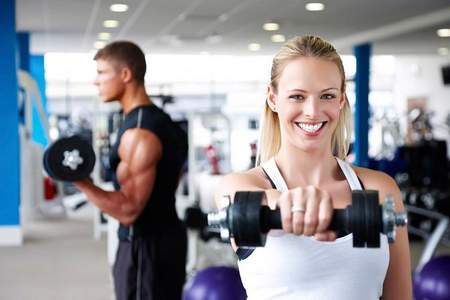 мужчина и женщина в спортзале