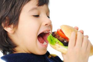 Употребление некачественных и нездоровых продуктов питания