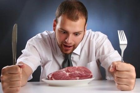 Мужчина перед тарелкой мяса