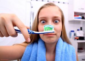 Чем можно заменить зубную щетку и пасту для чистки зубов в домашних условиях, какие народные средства существуют?