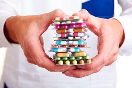 Упаковки таблеток в руках врача