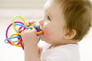 Сколько дней могут прорезываться первые зубы у ребенка, в каком возрасте это происходит?