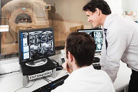 врачи в кабинете МРТ