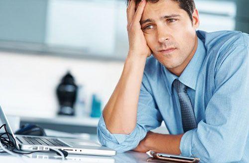 грустный мужчина за рабочим столом