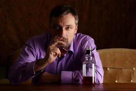 Мужчина пьет виски