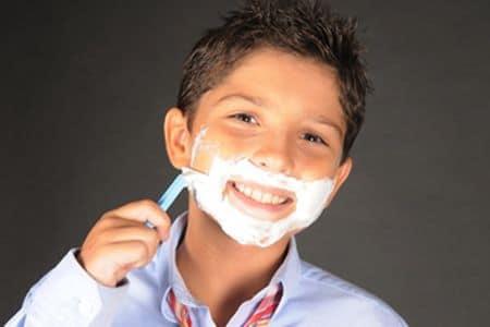 мальчик бреется