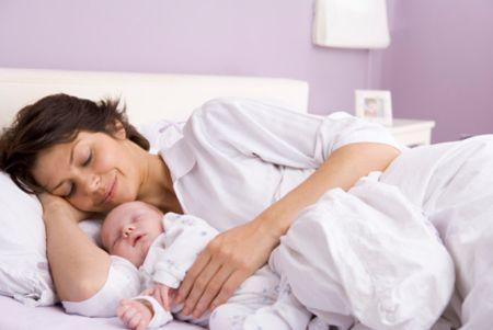 мама с грудничком в кровати