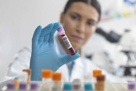 Пробирка с кровью в руке врача