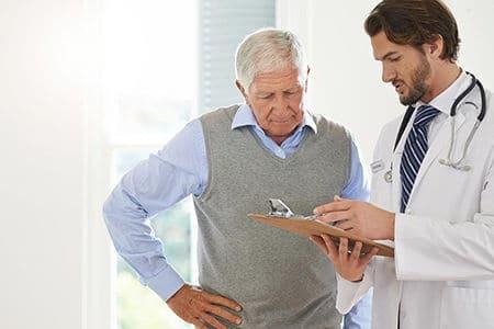 пожилой мужчина слушает врача