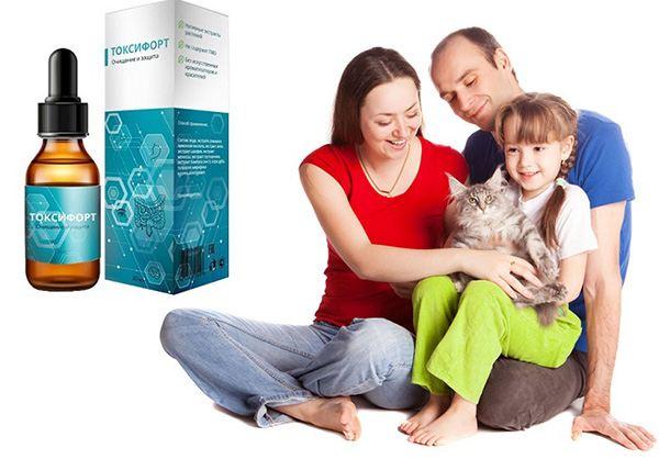 мама, папа и дочь с кошкой на руках
