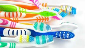 Как часто нужно менять старую зубную щетку на новую и как продезинфицировать ее в домашних условиях?