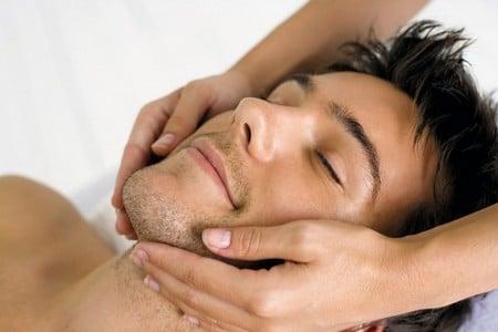 Мужчине делают массаж лица