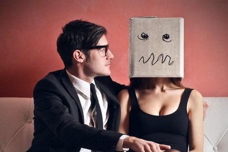 Женщина с пакетом на голове и мужчина