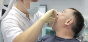 Плюсы и минусы акриловых зубных протезов, процесс изготовления съемной конструкции