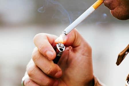 закуривание сигареты