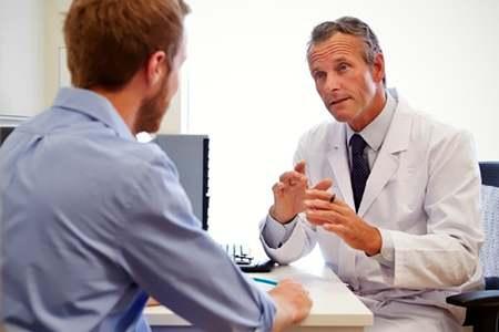 врач беседует с пациентом