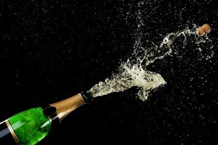 Пробка выстреливает из бутылки шампанского