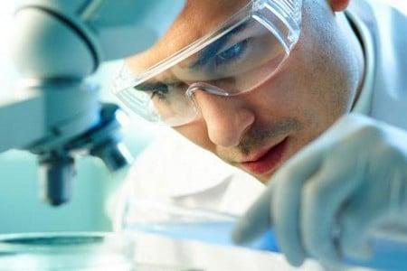 Врач размещает сперму под микроскопом