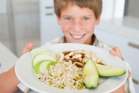 Мальчик с тарелкой еды
