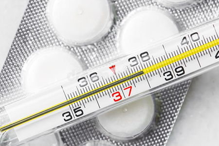 градусник и пластинка с таблетками
