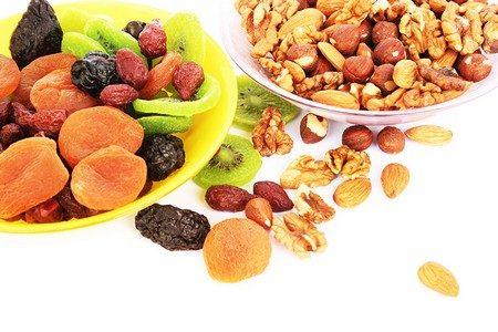 Фрукты и орехи в тарелках