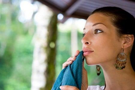 Женщина вытирает рот