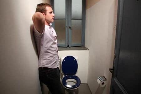 мужчина стоит в туалете