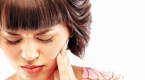 Почему зубная боль усиливается только вечером и ночью в положении лежа, а днем нет?