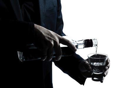 мужчина с бутылкой и рюмкой