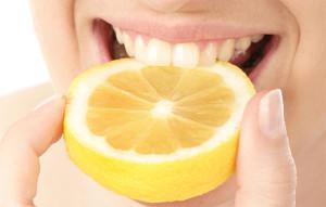 Отбеливание зубов в домашних условиях с помощью лимона: польза и вред, описание процедуры