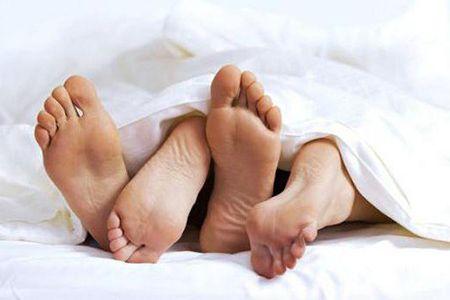 ноги мужчины и женщины в постели