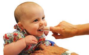 Со скольки лет начинать чистить зубы ребенку, каковы симптомы аллергии на зубную пасту?