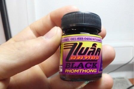 Баночка Black Phomthong в руке